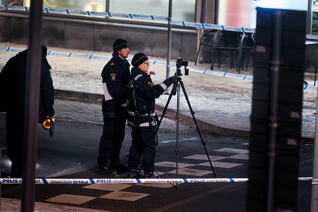 Polisens tekniker kom till platsen strax före 01.