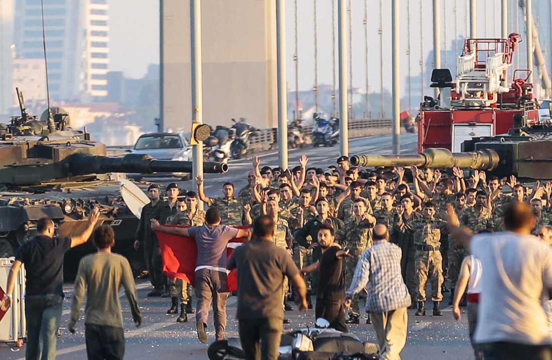 Turkiska soldater på Bosporenbron.
