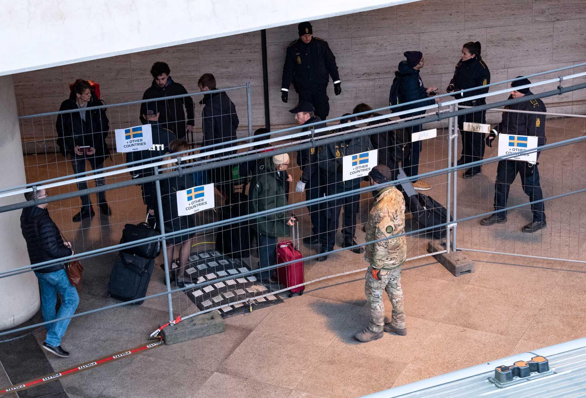 Polis kontrollerar alla icke danska passagerares ärende på tågstationen i Kastrups flygplats på söndagen.