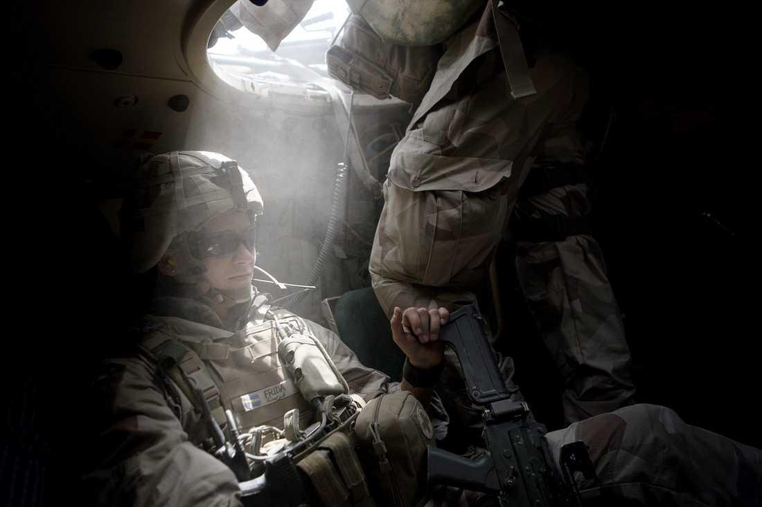 Aftonbladets fotograf Magnus Wennman följde de svenska soldaterna i Afghanistan 2011. Här följer bilder från besöket. Svenska soldater transporteras från basen i Mazar-i-Sharif till byn Alizayi.