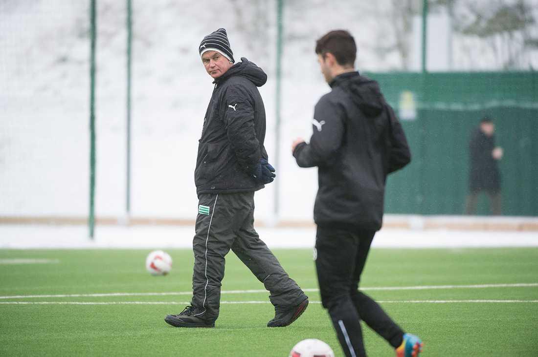 Nanne Bergstrand övervakar Hammarbys träning på Årsta IP.