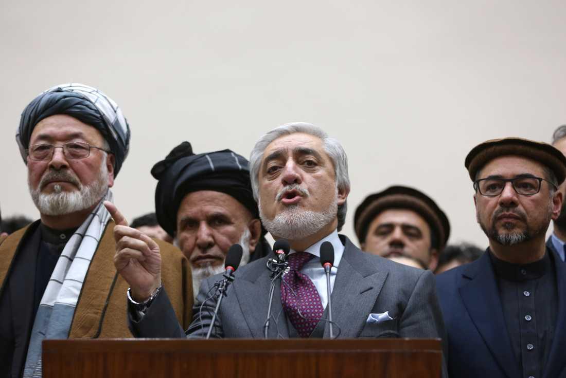 Utmanaren Abdullah Abdullah (i mitten) som förlorat presidentvalet i Afghanistan tänker bilda en parallell regering.