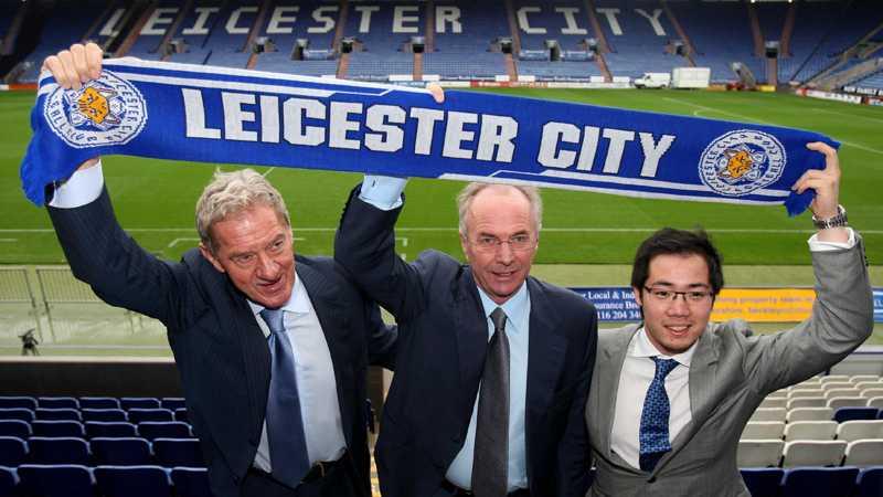 I oktober 2010 presenterades Svennis som ny tränare i storsatsande Leicester. Här tillsammans med klubbordföranden Milan Mandaric och ägaren Aiyawatt Raksriaksorn.