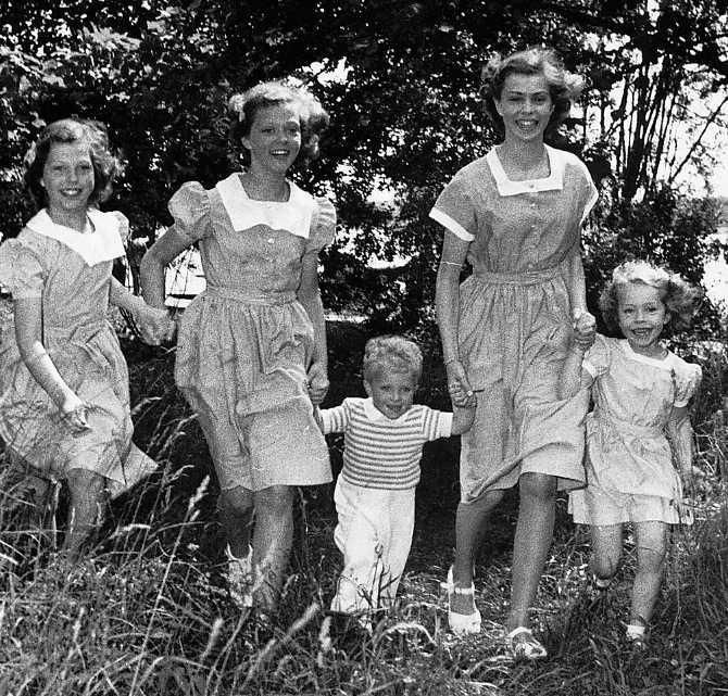 Kungen och hans systrar Désirée, Birgitta, Margaretha och Christina växte upp på Haga slott.