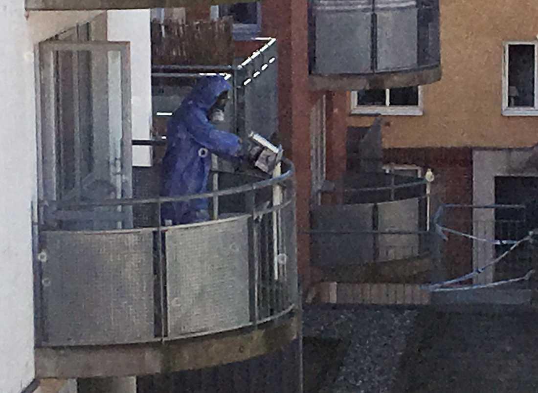 Polisens bombgrupper undersöker strålningen.