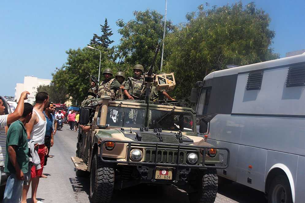 Medlemmar i den tunisiska säkerhetsstyrkan patrullerar i Sousse efter dådet.