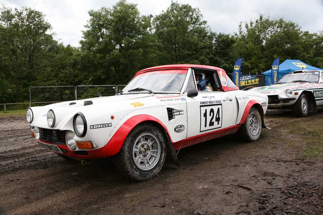 I raylltävlingen deltog en hel del tidstypiska bilar. Här en Fiat 124.