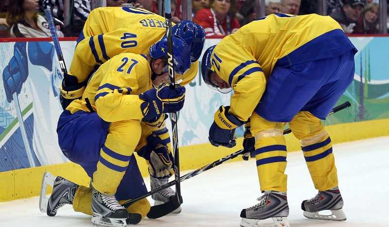 Peter Forsberg (t h) kollar läget med Patric Hörnqvist efter tacklingen från Pitkänen.