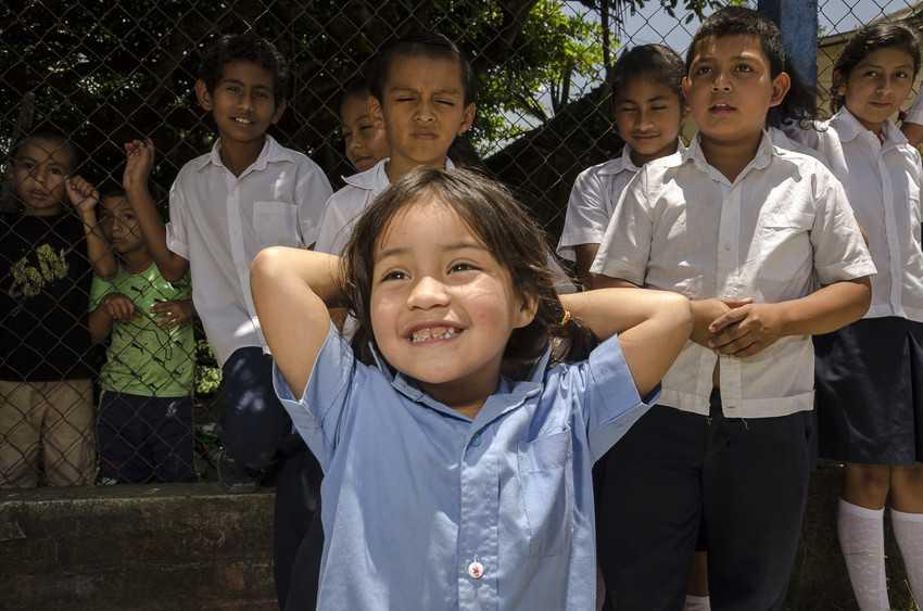 Både flickorna själva och deras länder tjänar stort på att fler flickor går i skolan.