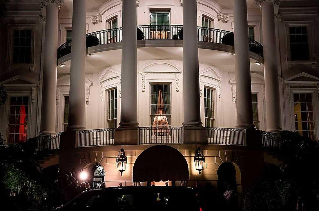 Festligheterna utanför Vita huset reducerades till ett par glada vinkningar på grund av snöstormen i natt när familjen Obama kom hem.