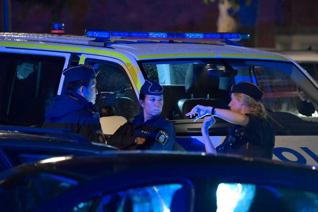 Poliser på plats i Farsta efter skjutningen.