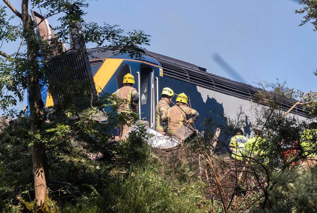 Räddningstjänst på plats vid olyckan i Stonehaven i Skottland. Flera personer skadades vid tågurspårningen.
