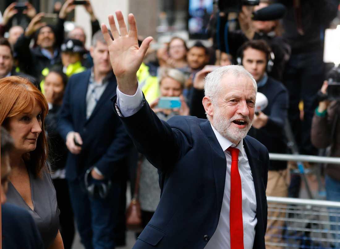 Labourledaren Jeremy Corbyn anländer till partihögkvarteret på fredagsmorgonen.