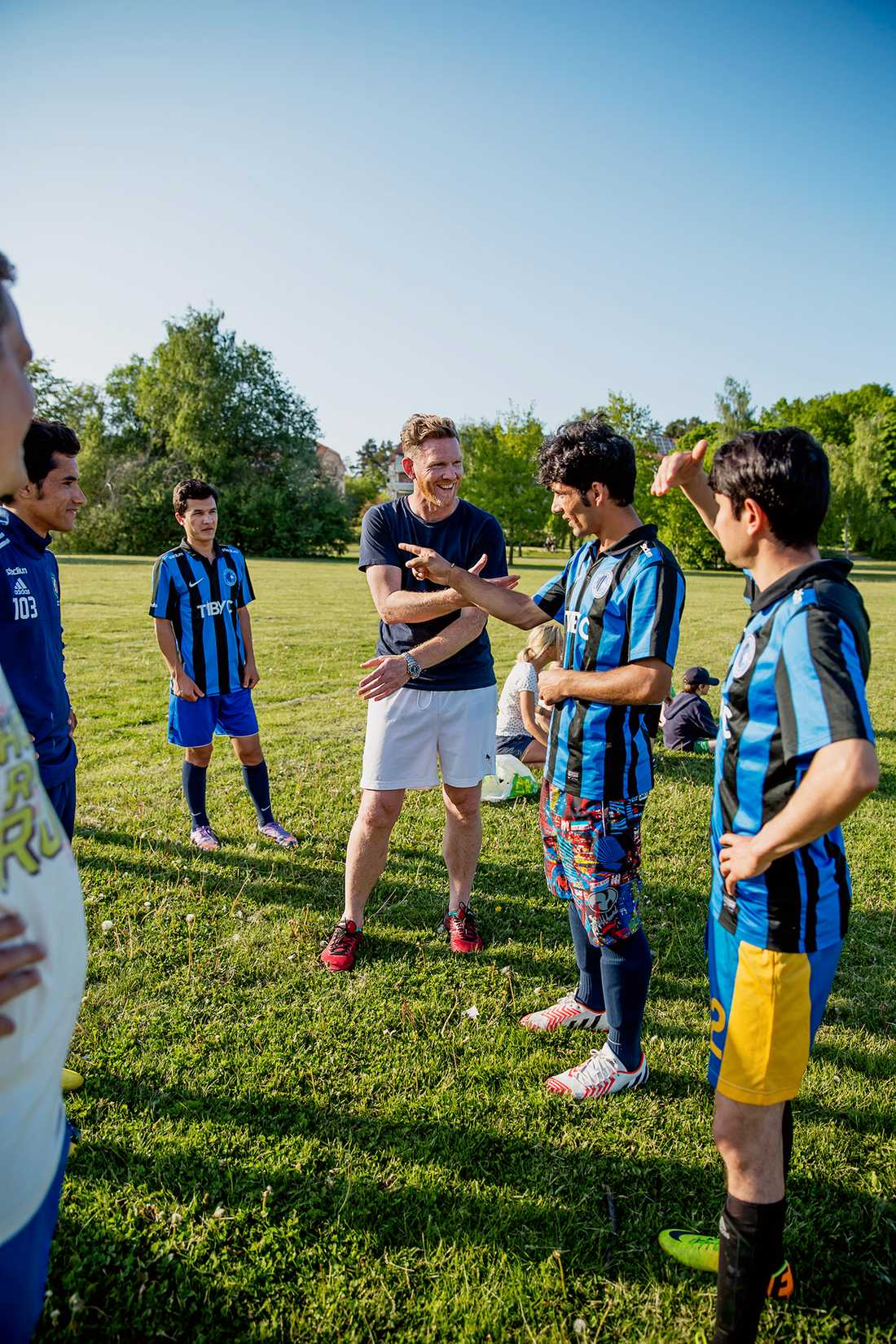 På träningen varvas lek med snack –Björn vill få killarna att lära sig svenska fort.