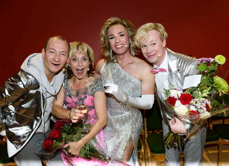 Jonas Helgesson, Helen Sjöholm, Peter Jöback och Johan Glans pustar ut efter premiären.