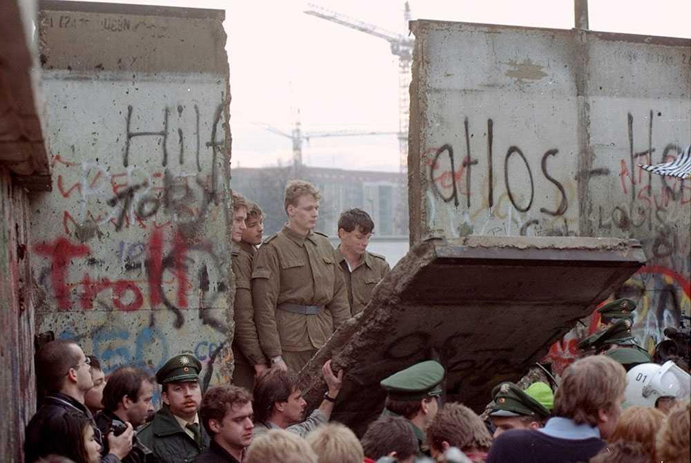 På bilden tittar östtyska gränsvakter ut i en på nytt öppnad stad.