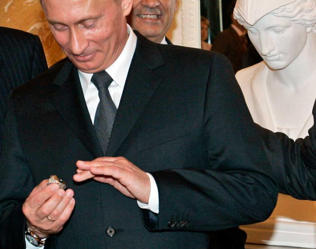 Putin tittar på Super Bowl-ringen med tindrande ögon – och stoppar den sedan i fickan. En stöld eller en gåva?