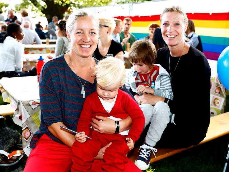 Före detta fotbollspelaren Victoria Svensson, 35, var inne på Pride med frun Millan, 44, och barnen Saga, 2, och Moa, 4.– Jag ska vara med på ett seminarium och titta på tåget, säger Victoria.