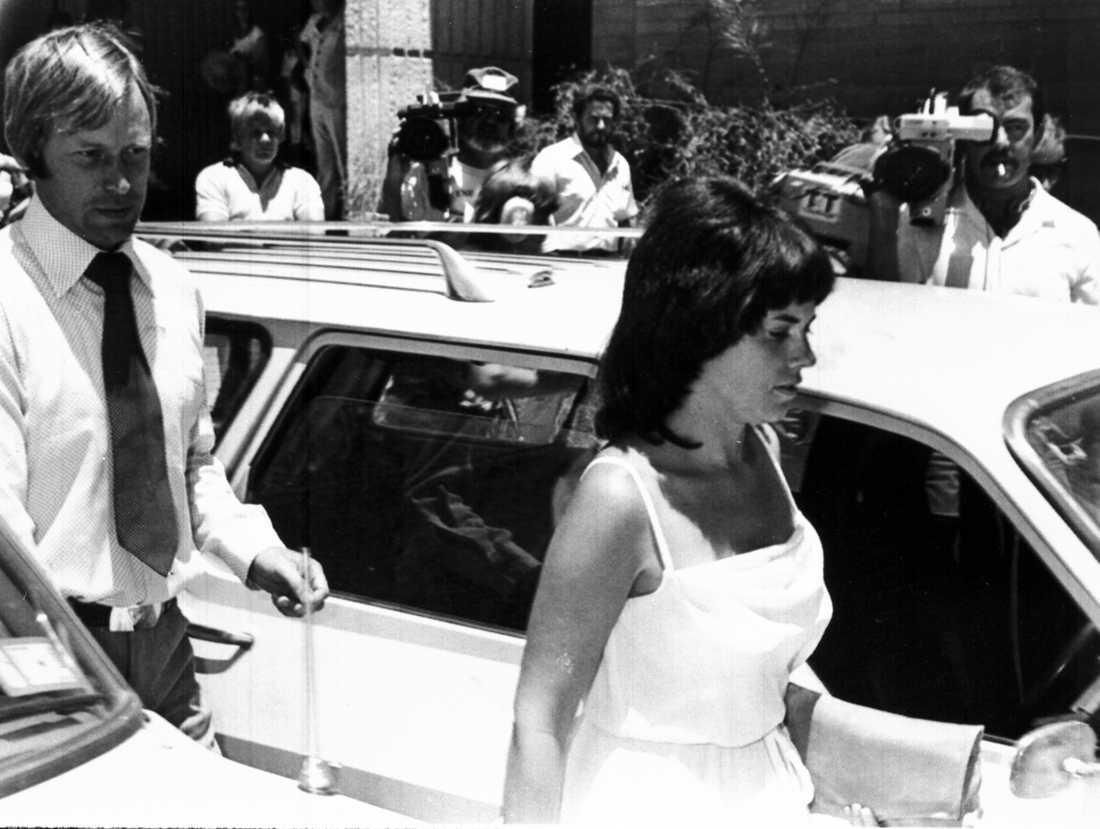 Föräldrarna Michael and Lindy Chamberlain lämnar rätten i Alice Springs, Australien.