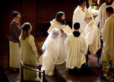 VIGS AV BISKOPEN Biskop Anders Arborelius frågade Eva Johansson om hon ville överlåta sig till Jesus och högtidligt bli han brud. Hon svarade: Jag vill.