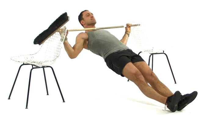 Omvänd armhävning (kan även göras under exempelvis ett bord), slutposition.