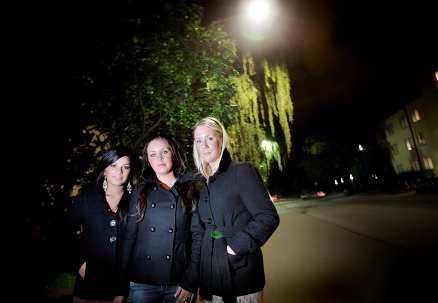 """TOLV HAR ÖVERFALLITS Madlen Bahar och systrarna Elin och Emma Cajander är på väg ut på stan – tillsammans. De berättar att ingen vill gå ensam i Västerås efter mörkrets inbrott och att skräcken för """"cykelmannen"""" är ständigt närvarande."""