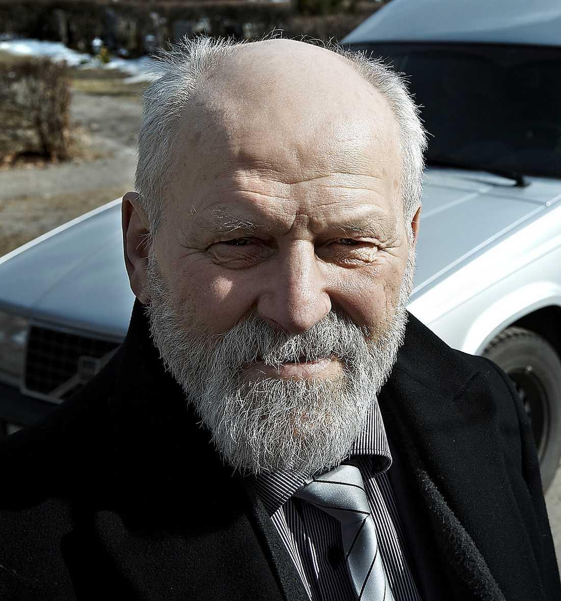 Sven-Olof Bladh har anmält Fonus upphandling av transporter av döda i Växjö till Konkurrensverket.