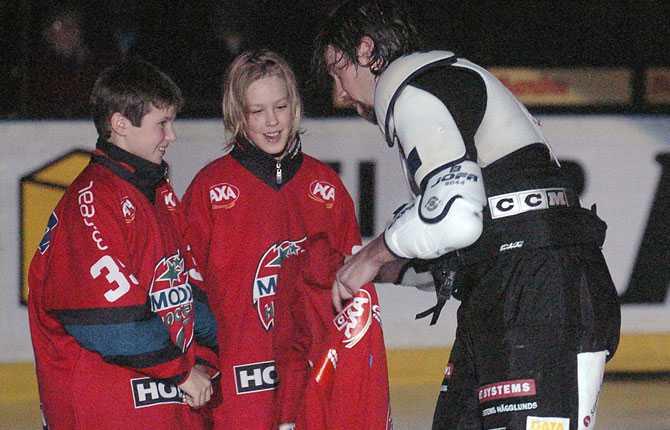 TRÖJAN HISSAS NER Forsbergs tröja med nummer 21 var redan hissat i taket i Kempehallen. Inför säsongens första hemmamatch mot Luleå hissades den ner igen och Forsberg fick dra på sig tröjan på isen innan nedsläpp.