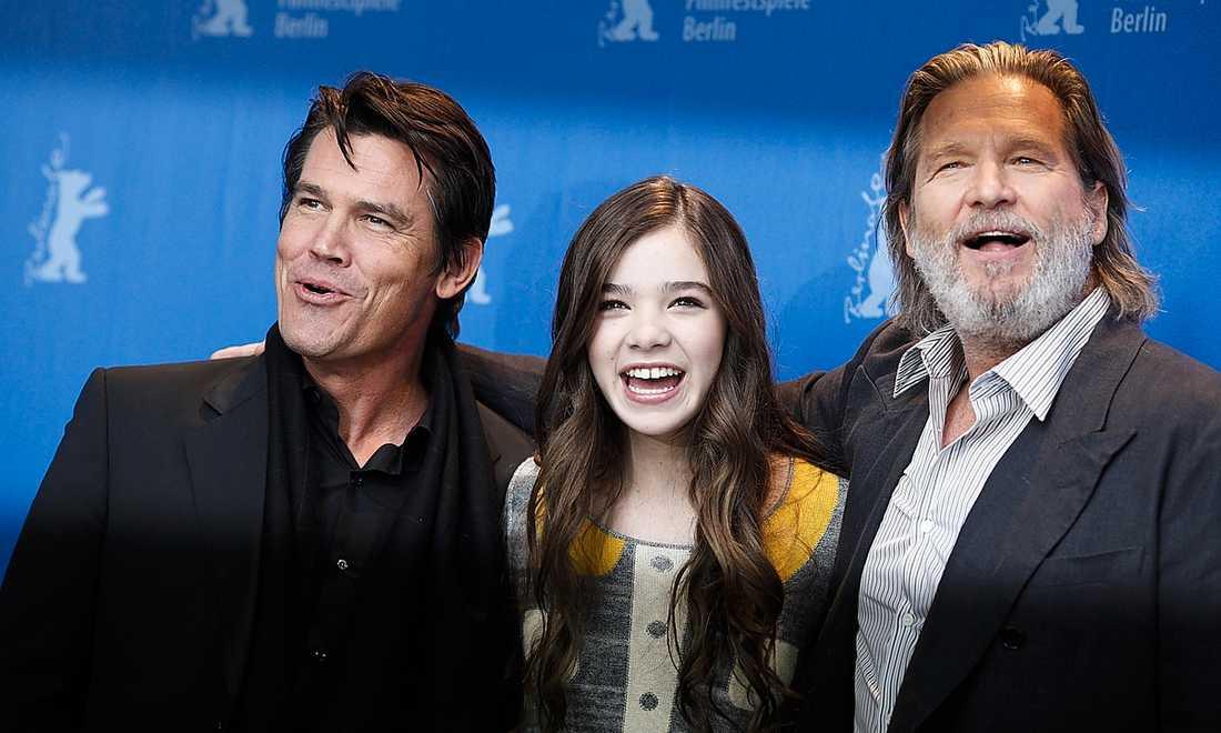 """""""De blev som pappor"""" Josh Brolin och Jeff Bridges fick se upp med vad de sade under filminspelningen med Hailee Steinfeld, 13. Ett f-ord kostade fem dollar. """"True grit"""" har svensk premiär den 18 februari."""