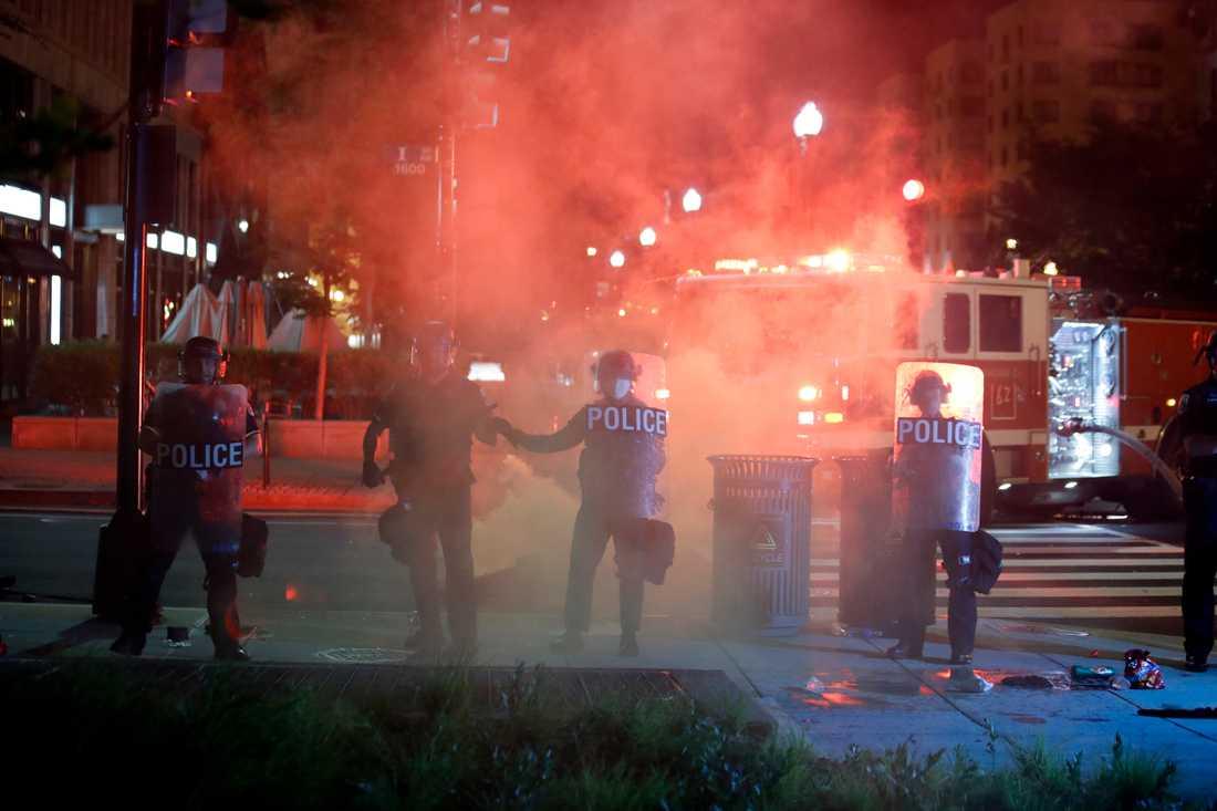 Kravallutrustad polis och demonstranter på gatorna i Washington DC häromkvällen.