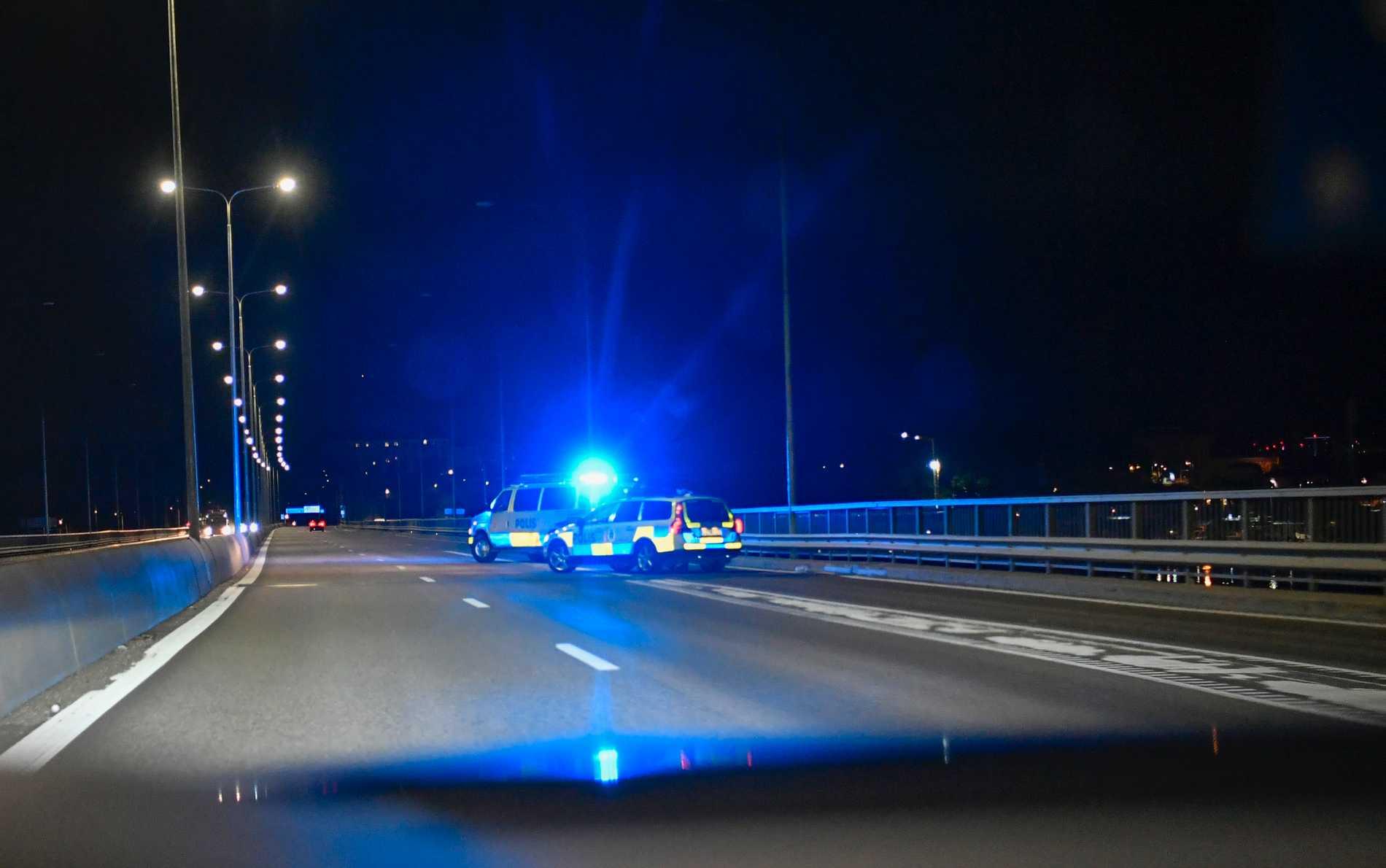 Lidingöbron spärrades av vid en större polisinsats efter larm om skottlossning.