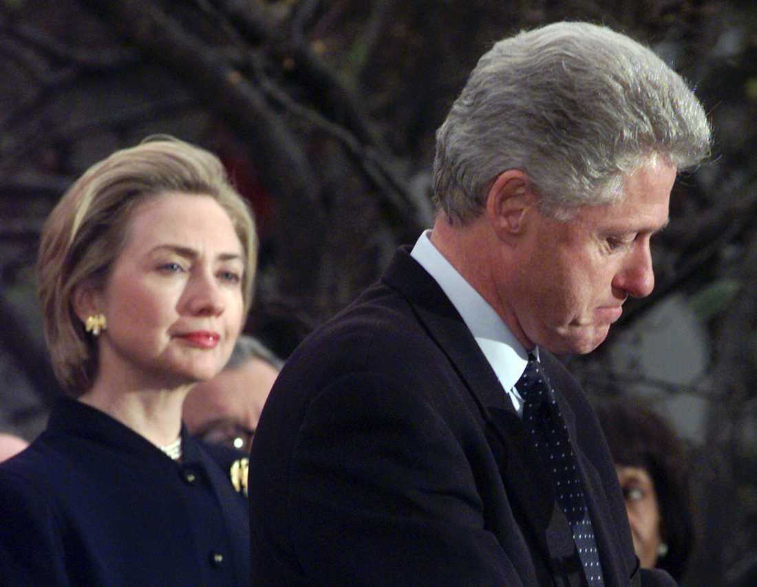 Hillary Clinton och Bill Clinton tackar medlemmar i representanthuset som röstade emot att han skulle avsättas 1998.