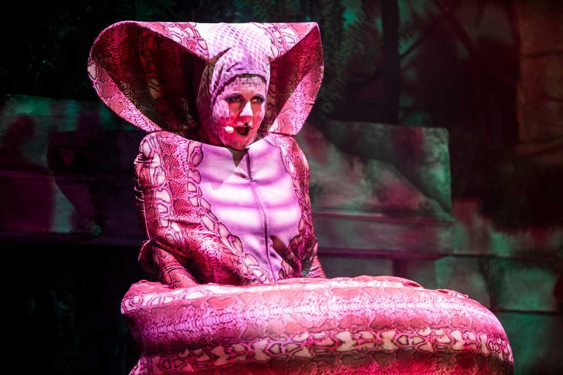 """Gunilla Backman gör rollen som ormen Kaa i """"Djungelboken the musical"""""""