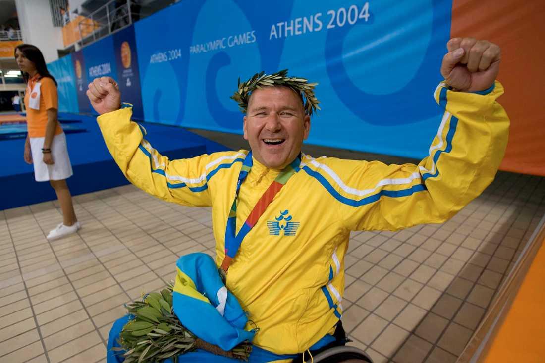 Anders Olsson efter sitt guld i Paralympics 2004 i Aten.