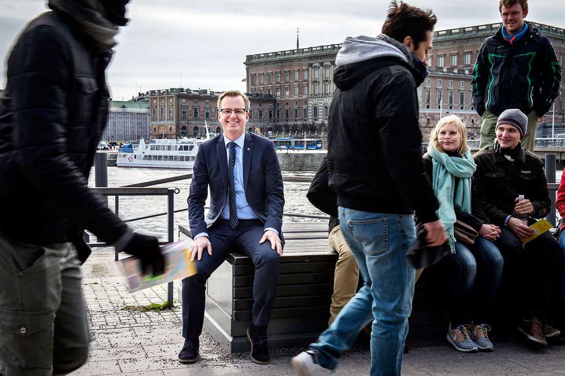 Mikael Damberg bland flanörer och turister.