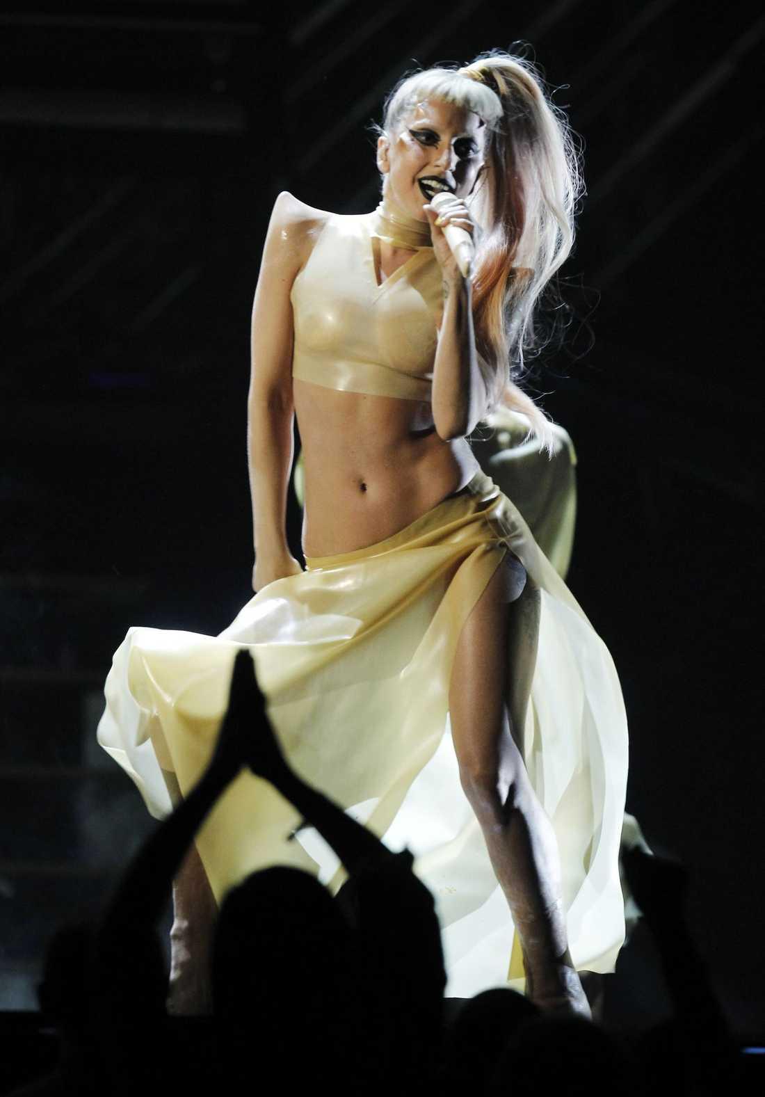 När GaGa väl kom till liv på sen var det klädd i ytterst lätta plagg.