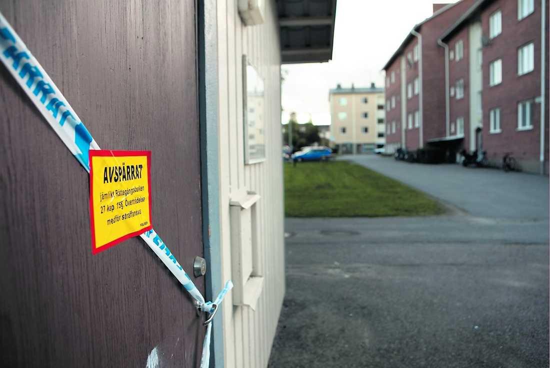 avspärrat Polisen hade spärrat av ett soprum på gården till den lägenhet där 26-åringen bor. Själva lägenheten var i går inte avspärrad.