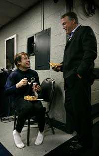 FAR & SON Kenta Nilsson mötte Robban Nilsson efter sonens debut i Madison Square Garden i natt.