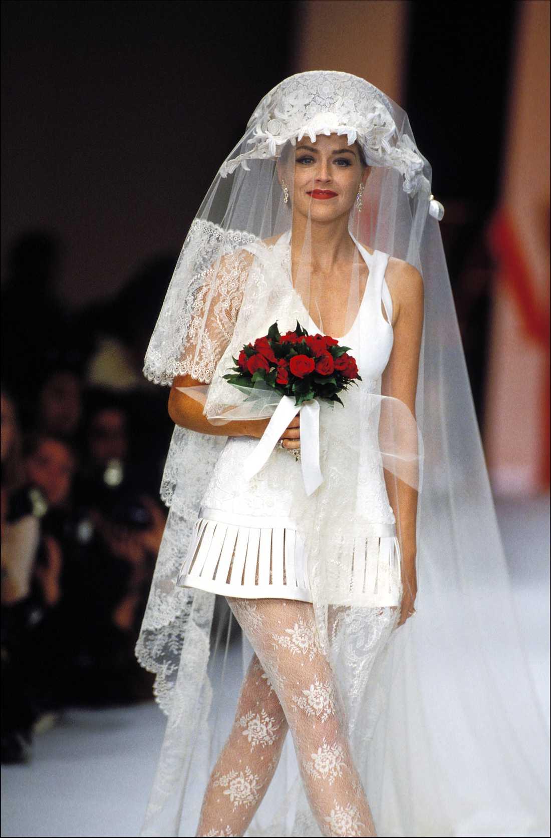 Sharon Stone på en av Valentinos modevisningar. Hon är en av många filmstjärnor som ofta bär hans kläder på röda mattan.