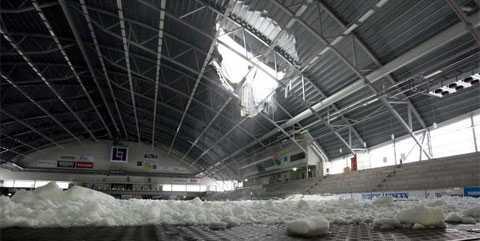 Taket till bandyhallen i Vänersborg kollapsade.