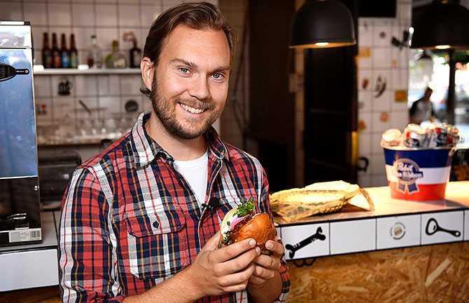 """""""Jag tycker att jag lyckas visa att de flesta rätter lätt går att laga i vegansk version."""""""
