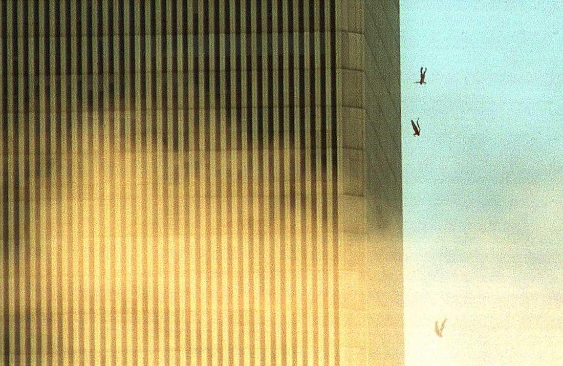 HOPPAR MOT DÖDEN Hundratals människor som befinner sig på våningarna ovanför de där planen kraschat inser att de bara har två val: sväljas av lågorna eller hoppa.