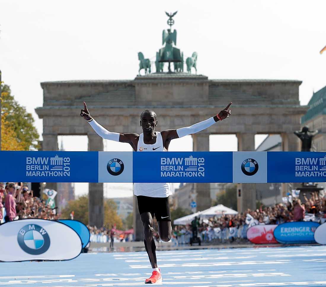 Eliud Kipchoge springer i mål.