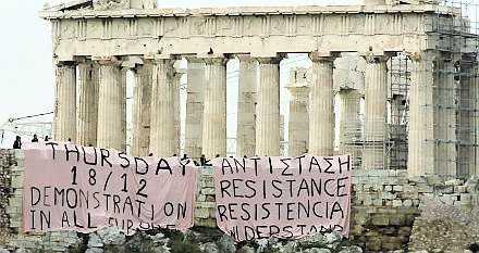 Banderoller på Akropolis uppmanade till protest i december förra året.