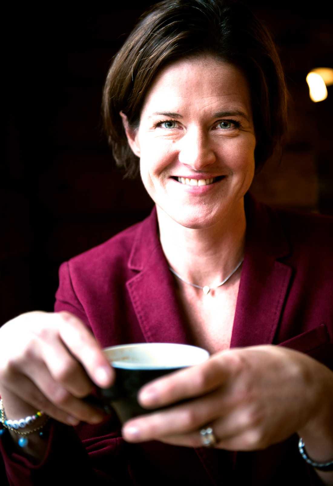 Partiledaren Anna Kinberg Batra (M) håller ställningarna med kaffe hon också.