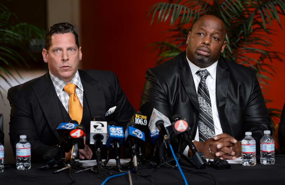 Dana Stubblefield (t.h.) med sin advokat under en presskonferens 2016.