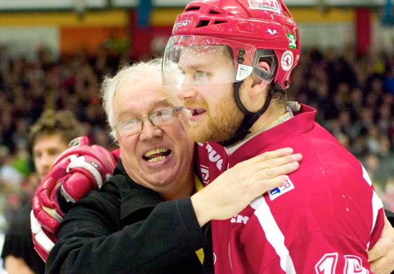 Troja/Ljungbys Olof Mårs får en play off-kram.