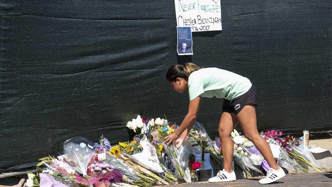 Ett fan lägger ner blommor utanför Chester Benningtons hus i Los Angeles.