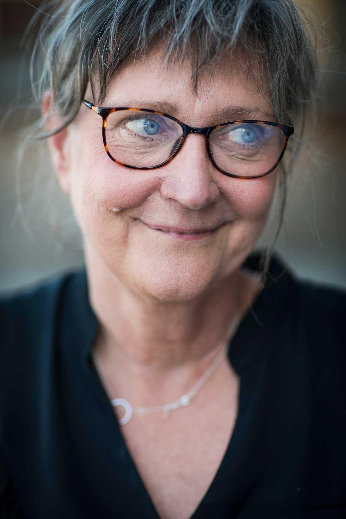 """Birgitta Aupeix, 63, legitimerad psykolog och sjuksköterska och mamma till Amandine, har skrivit den självbiografiska boken """"Hur i helvete kunde det bli så här? - om en okänd sjukdom och svensk psykiatri""""."""