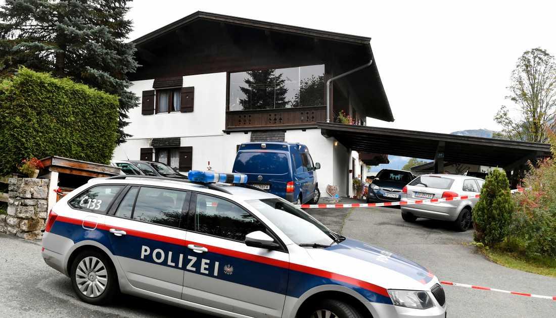 Polisen utanför huset i Kitzbühel där morden ska ha skett.